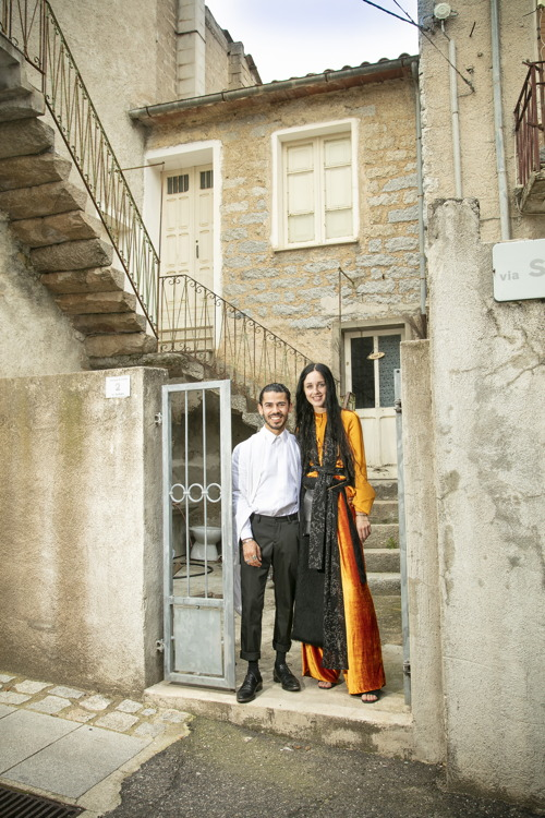 Marije en Ovan voor hun huis in Ollolai