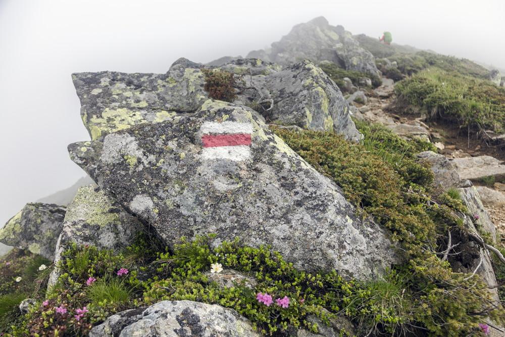 rood witte markering voor LAW wandelroutes in Nederland